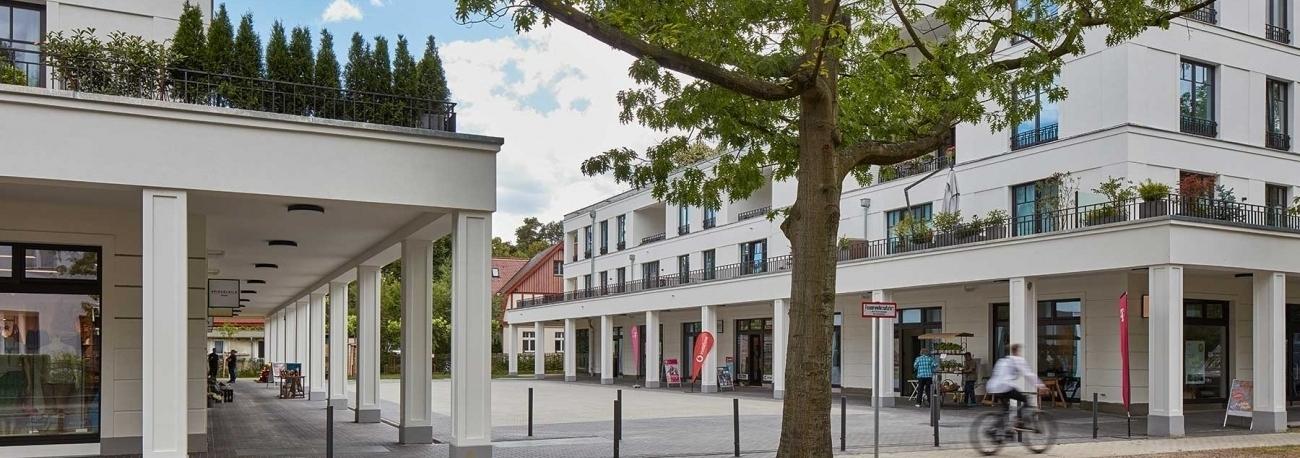 Blick auf die Piazza der Kurpark Kolonnaden in Bad Saarow